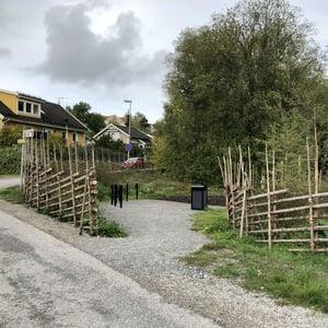 Gärdsgård ramar in Sjöängsparken, Huddinge kommun