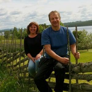 Gärdsgårdsbyggare och företagsbyggare Olle och Susanne på Jämtgärsgård.