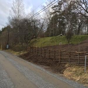 Återuppbyggd gärdsgård efter grävning på tomt
