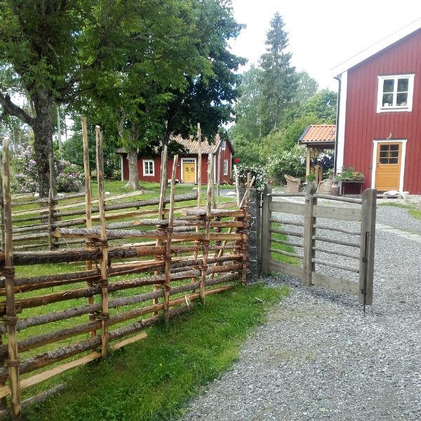Roslagsgärdsgård med trägrind i Norrtälje.