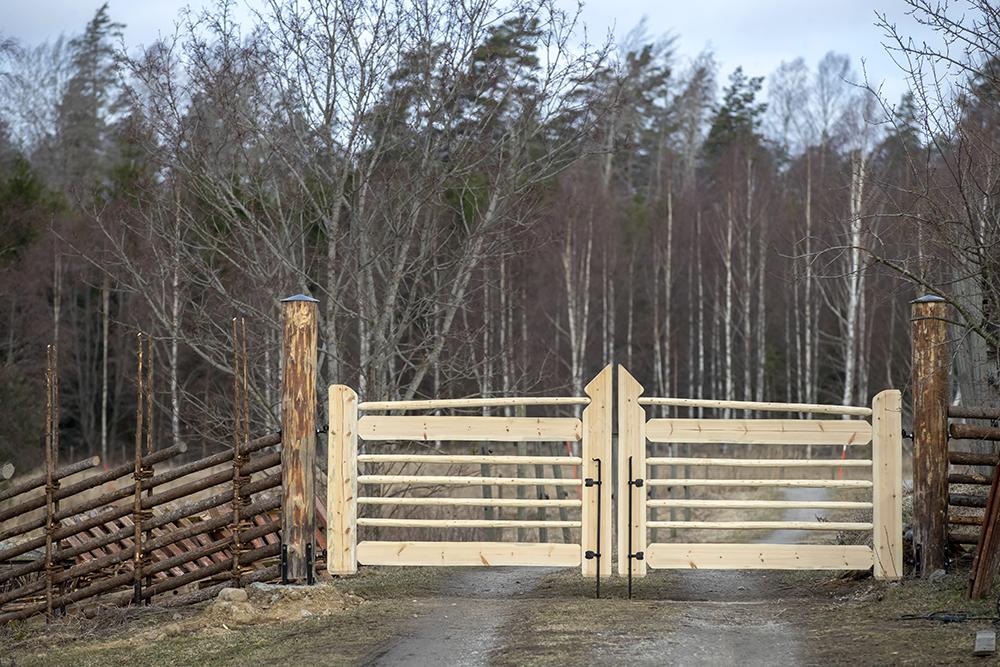 Gärdsgårdsmodell Jämtgård och dubbel gårdsgrind i trä, Nykvarn. Foto: Roland Thunholm