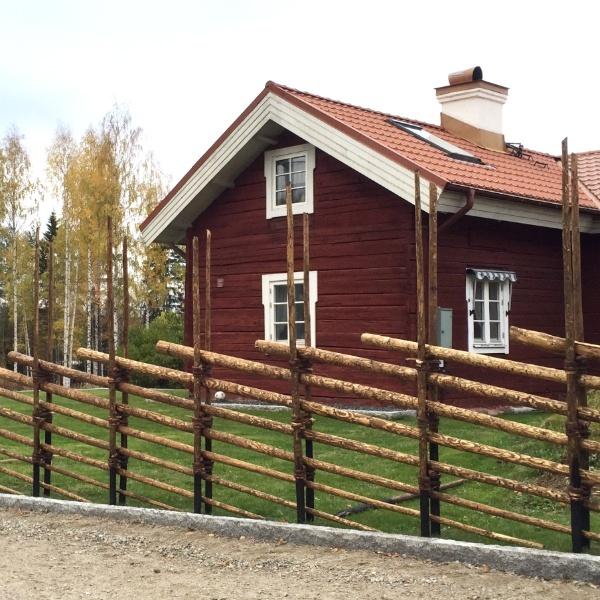 Genuin gärdsgård och klassiskt svenskt falurött hus