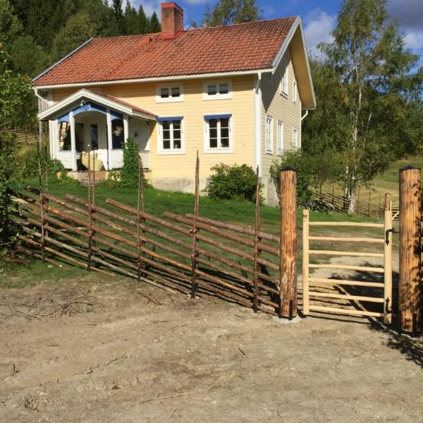 Gärdsgårdsmodell Jämtgård med pinngrind i trä, Skålan Jämtland.