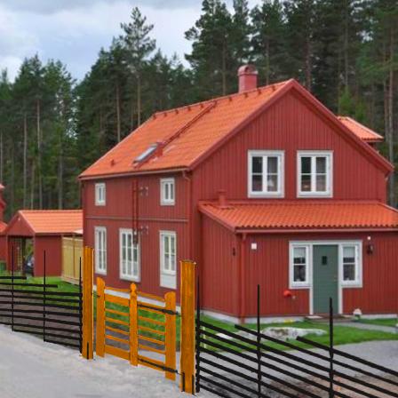 Testa gärdsgård till villa, färgad gärdesgård och målad trägrind.
